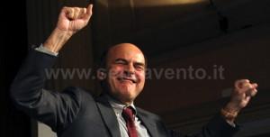 Il Segretario del Partito Democratico, Pier Luigi Bersani, in un'immagine che probabilmente ben rappresenta le sue sensazioni circa i risultati delle prossime Elezioni Politiche. Insomma: felice come un bambino. Eppure, l'esperienza insegna: mai vendere la pelle dell'orso prima di averlo ammazzato...