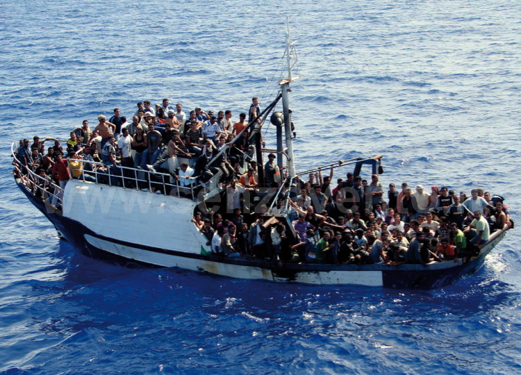 """Una delle tante """"carrette del mare"""" intercettate sulla rotta verso l'Italia: un Paese che per tanti emigranti continua a rappresentare, nel bene e nel male, l'America."""