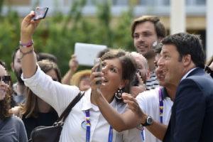 """Il Presidente del Consiglio, Matteo Renzi, tra un """"selfie"""" e un """"tweet"""", trova anche il tempo di pensare all'Italia. Peccato che lo faccia dall'alto del suo piedistallo di saccente presunzione."""